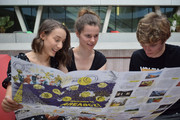 Carolina, Hanna und Christopher mit dem AREAacz-Poster-Booklet (c) Museumsmanagement/Karin Böhm